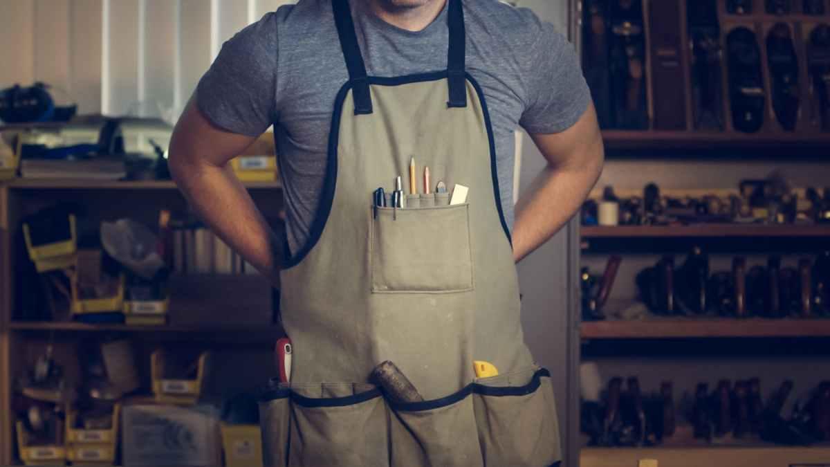 photo of man wearing gray shirt and apron